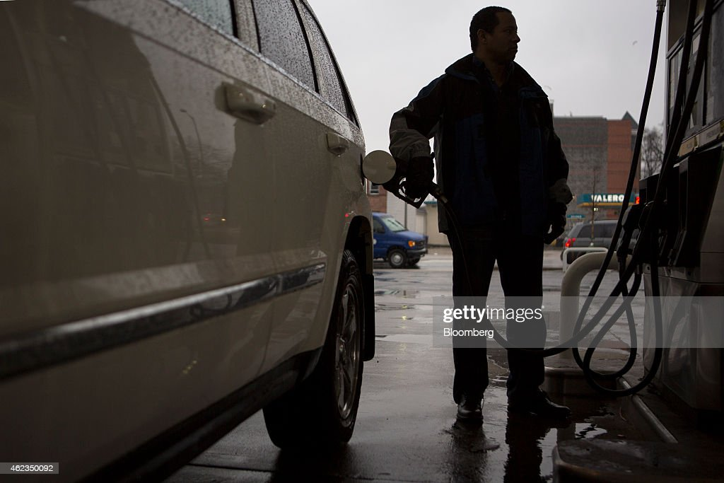 A customer refuels his vehicle at a Hess Corp. gas station in Washington, D.C., U.S., on Monday, Jan. 26, 2015. Hess Corp. is expected to report fourth-quarter earnings figures on Jan. 28. Photographer: Andrew Harrer/Bloomberg via Getty Images
