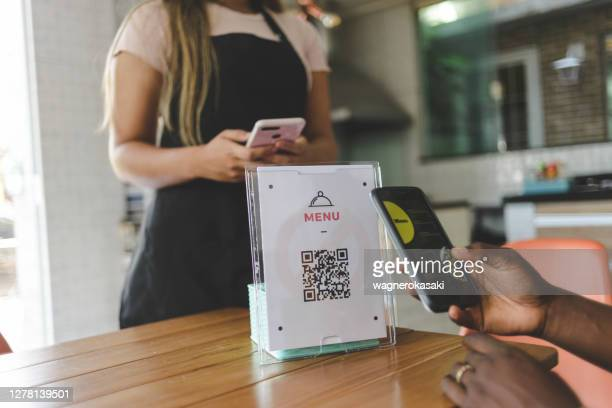 customer scanning qr code to view food menu online - menu stock pictures, royalty-free photos & images