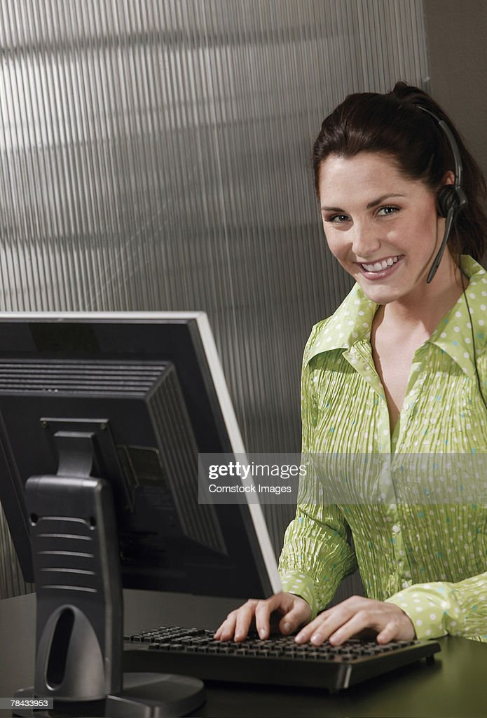 Customer service agent at computer : Stockfoto