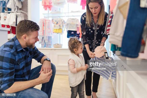 Kundendienst für Vater und Tochter in einem Kinder-Shop.