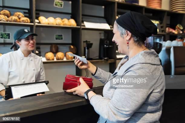 Kundenservice in einem kleinen lokalen Bäckerei.