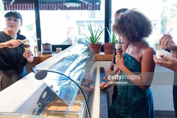 Service à la clientèle dans le salon de glaces artisanales.