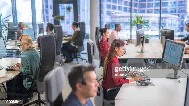 representante do serviço de atenção a o cliente que trabalha no centro de chamada - terceirização - fotografias e filmes do acervo