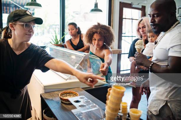 """customer service to mixed-race family at ice cream parlor. - """"martine doucet"""" or martinedoucet imagens e fotografias de stock"""