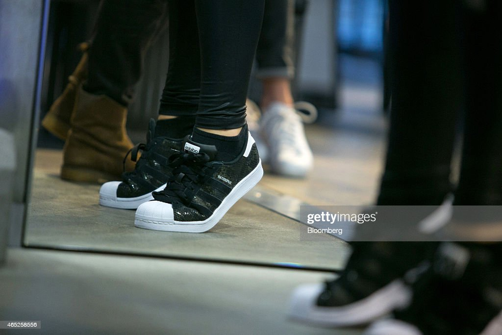 Operaciones de venta al por menor en el interior de una tienda de ropa deportiva Adidas AG, fabricante de