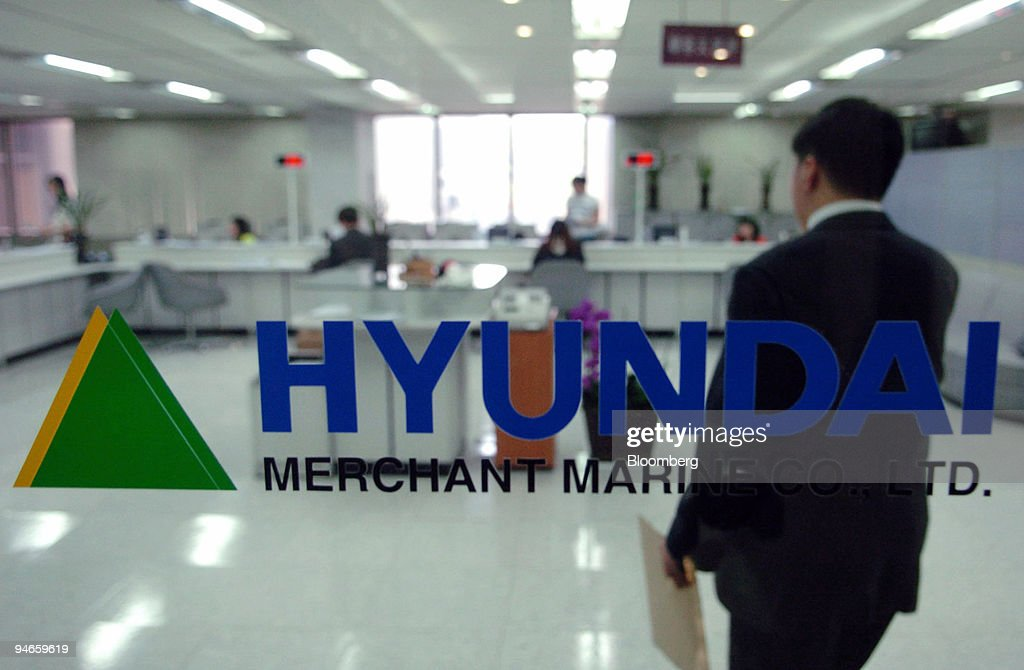 A customer walks into Hyundai Merchant Marine Co.'s offices : News Photo