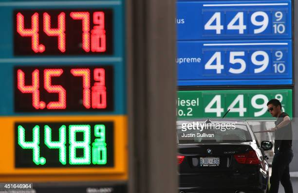 A customer washes his windows as he gets gas at a Chevron gas station on July 3 2014 in Mill Valley California As the conflict in Iraq coninutes to...
