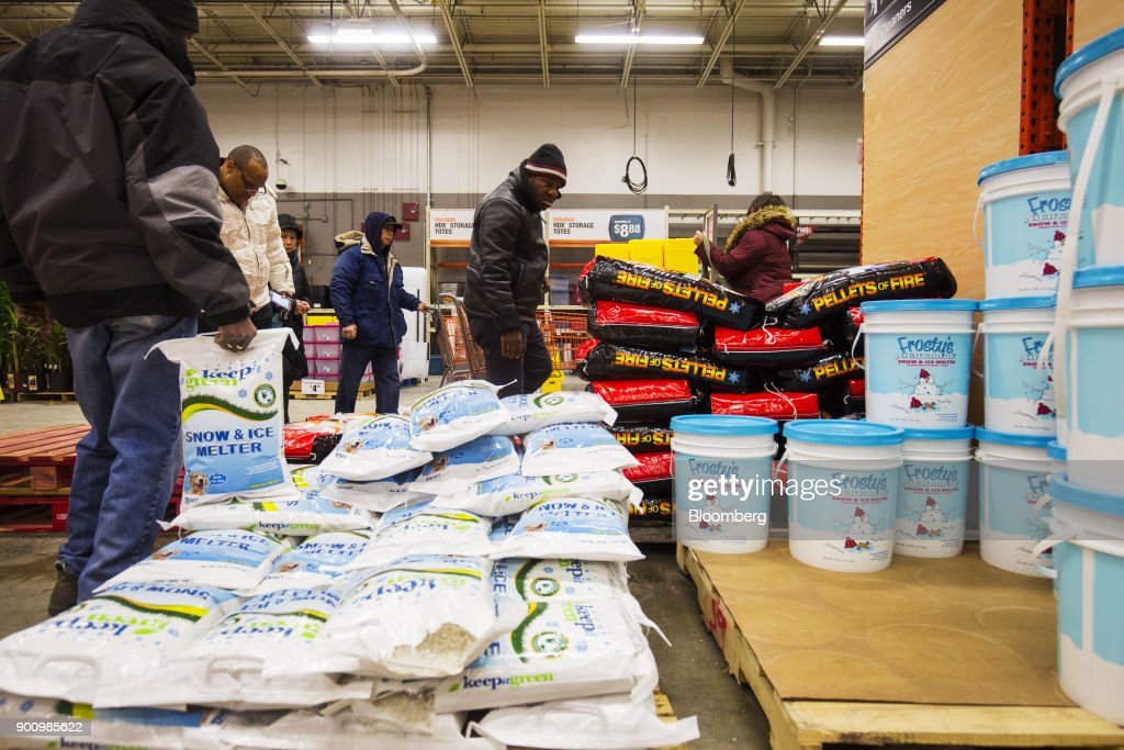 Residents Buy Supplies At A Home Depot Inc. Store As Massive Winter Storm Threatens Snow : Foto jornalística