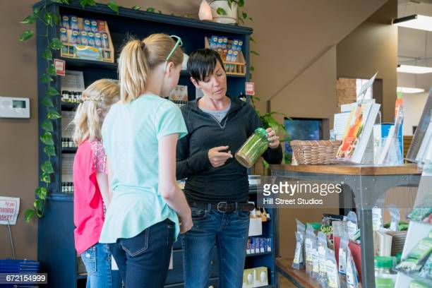 customers browsing in nutrition store - 40 44 jaar stock pictures, royalty-free photos & images