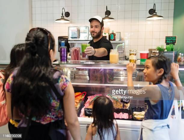 """ゼロ廃棄物指向の食料品店で顧客と食品店を取り出します。 - """"martine doucet"""" or martinedoucet ストックフォトと画像"""