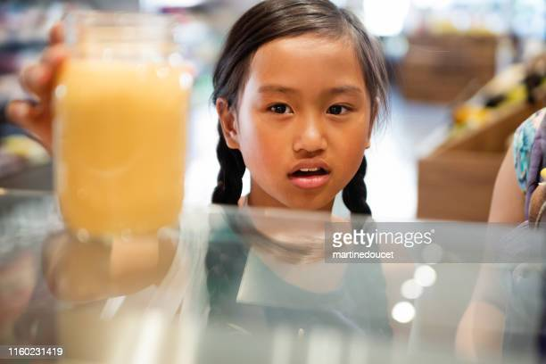 """clientes em zero resíduos orientados mercearia e tirar loja de alimentos. - """"martine doucet"""" or martinedoucet - fotografias e filmes do acervo"""