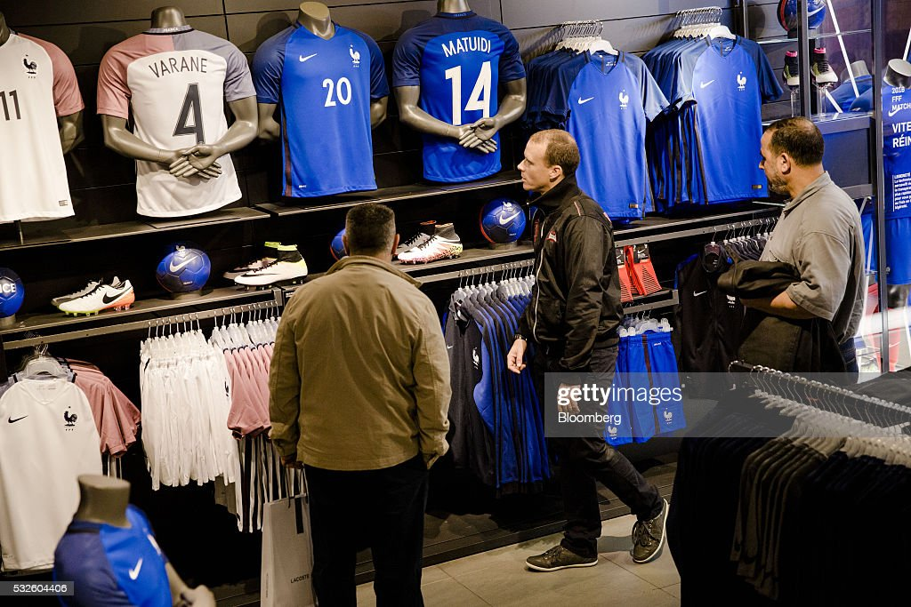 sale retailer d46c6 84667 Customers inspect official French national football team ...