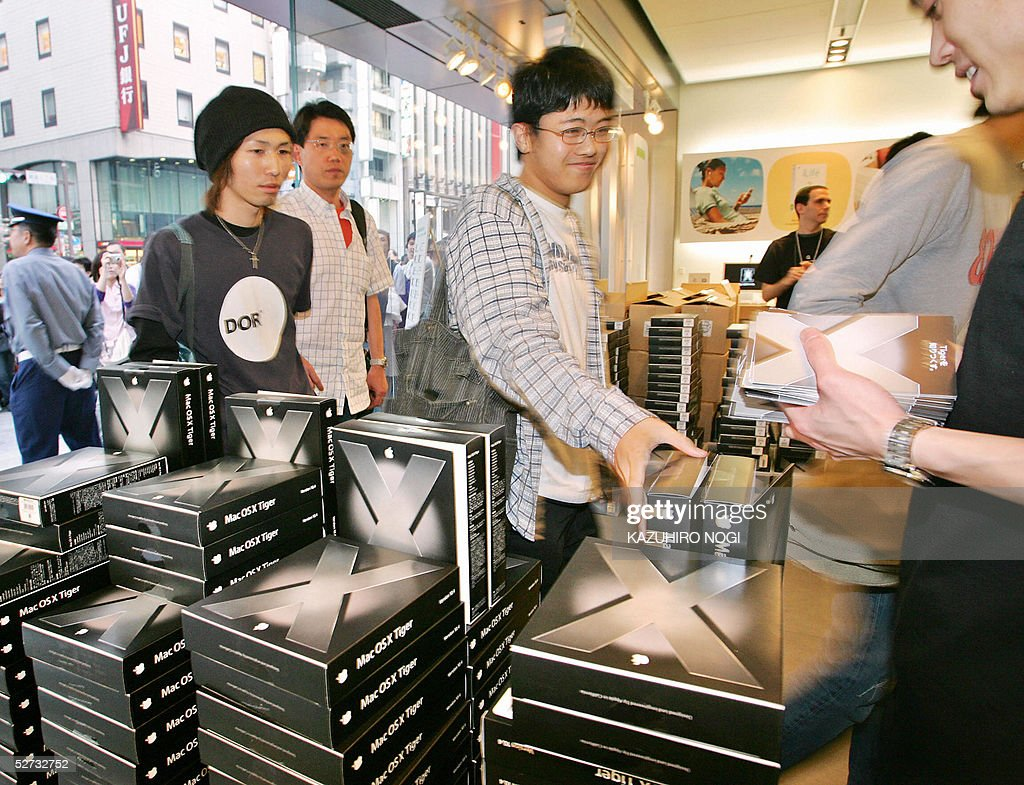 Customers line up to buy Apple software Mac OS X Tiger at an Apple