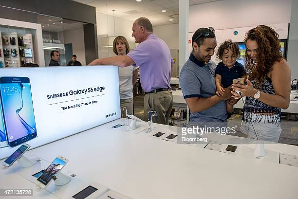 Customers look at a Samsung Corp. Galaxy S6 edge smartphone at a Sprint Corp. Store in Palo Alto, California, U.S., on Friday, May 1, 2015. Sprint...