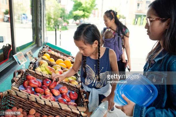 """clientes fora zero resíduos orientados frutas e mercearia. - """"martine doucet"""" or martinedoucet - fotografias e filmes do acervo"""
