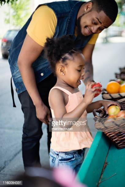 """clientes fuera de cero residuos orientados a la fruta y supermercado. - """"martine doucet"""" or martinedoucet fotografías e imágenes de stock"""