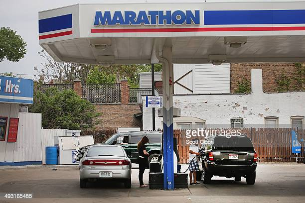 Customers purchase gasoline at a Marathon gas station on May 22 2014 in Chicago Illinois Marathon Petroleum Corp has agreed to purchase Hess gasoline...