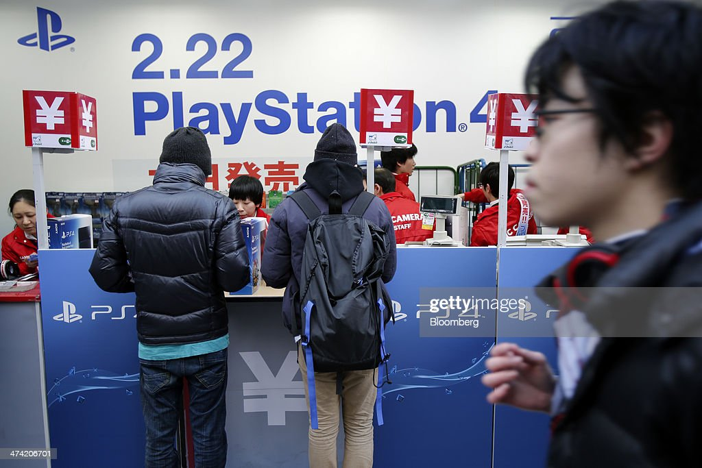 Customers Purchase Sony Computer Entertainment Inc S Playstation 4 News Photo Getty Images