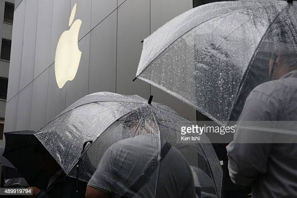 Customers queue to purchase new iPhone 6s and 6s Plus in front of Apple Ginza store on September 25 2015 in Tokyo Japan Apple is launching iPhone 6s...
