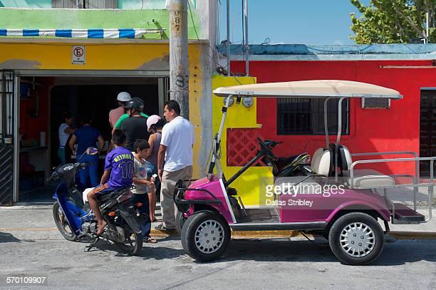 customers queueing at a shop on isla mujeres - mujeres fotos imagens e fotografias de stock