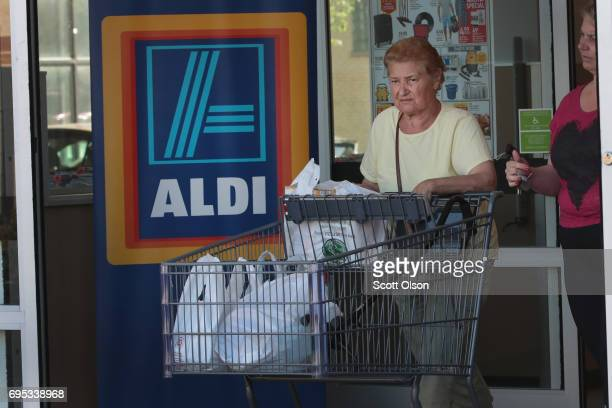 Customers shop at an Aldi grocery store on June 12 2017 in Chicago Illinois Aldi has announced plans to open 900 new stores in the United States in...