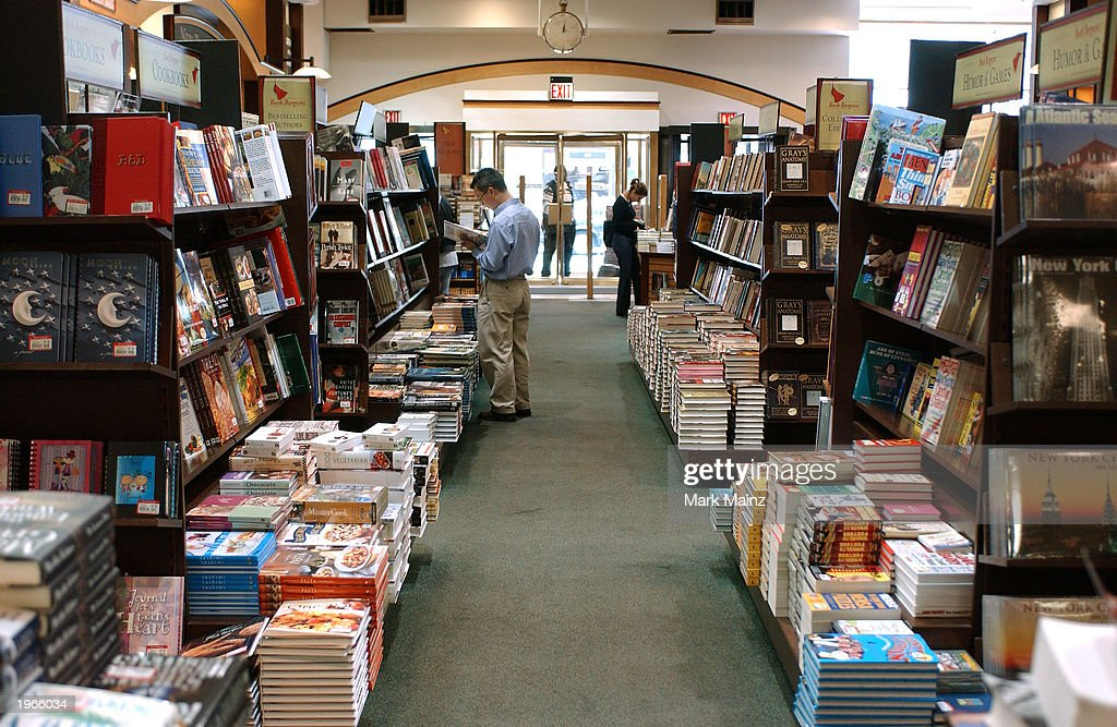 Customers Shop At Barnes And Noble In Rockefeller Center  : News Photo