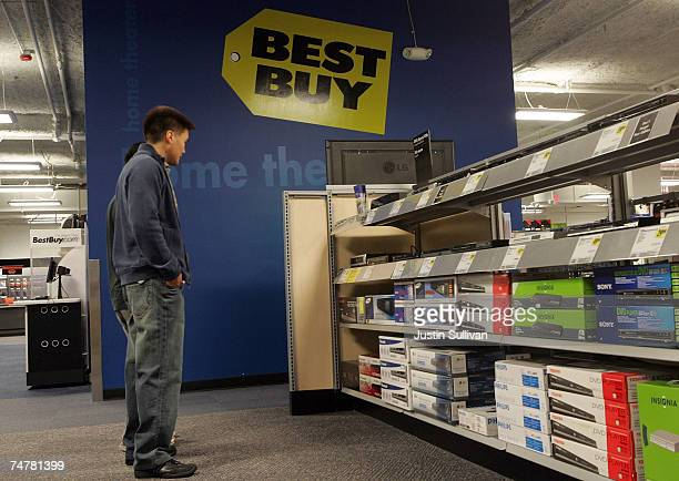 Customers shop for DVD players at a Best Buy store June 19 2007 in San Francisco California Consumer electronics retailer Best Buy reported an 18...