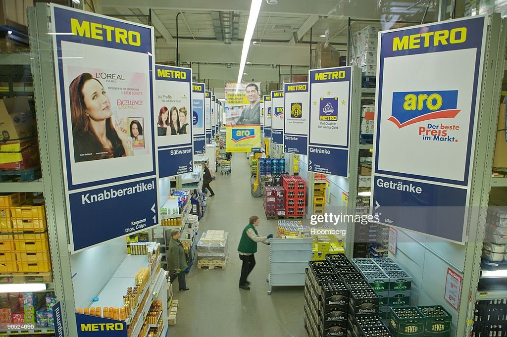 Shoppers At A Metro Cash \'N\' Carry Store Photos and Images   Getty ...