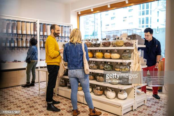 customers shopping at food at zero waste store - 40 44 jaar stock pictures, royalty-free photos & images