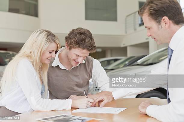 顧客への署名は車ディーラー
