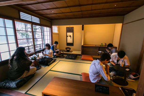 Photos et images de Starbucks Opens Tatami-matted Tea-house Style ...