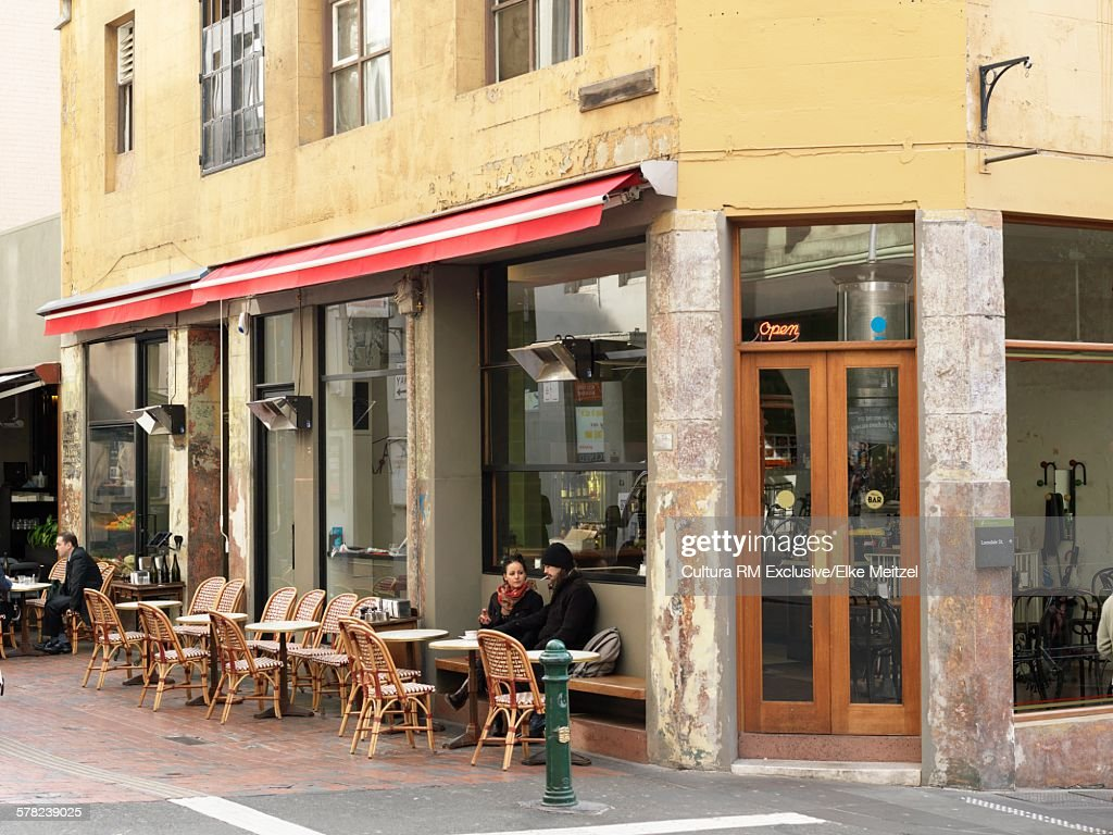 Customers sitting at corner sidewalk wine bar, Melbourne, Victoria, Australia : ストックフォト