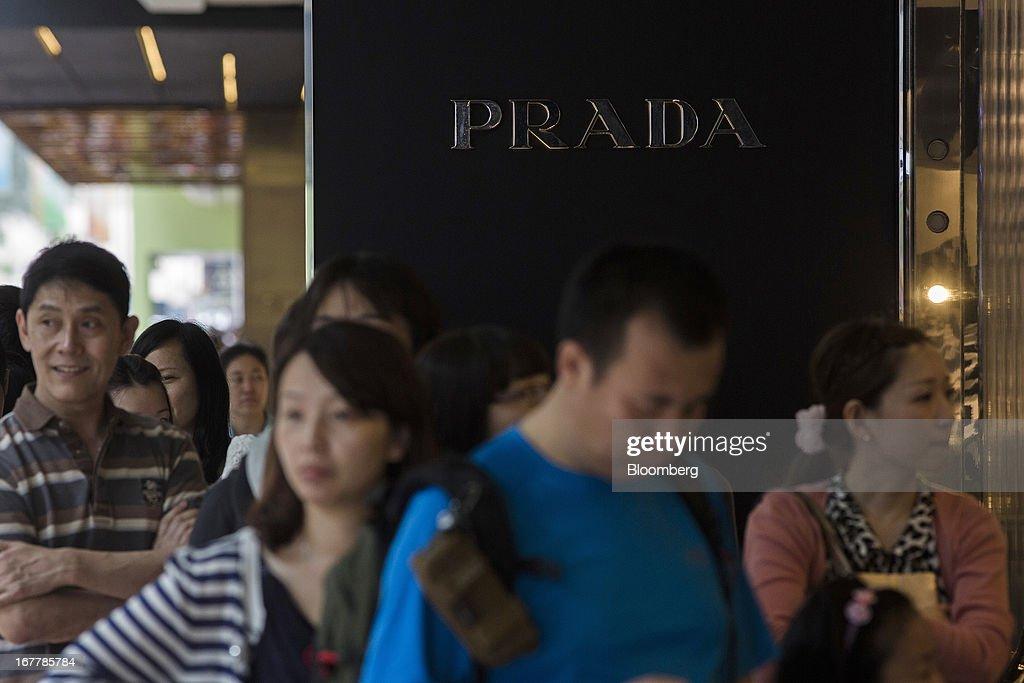 Shoppers In Hong Kong During China's May Day Holiday : News Photo