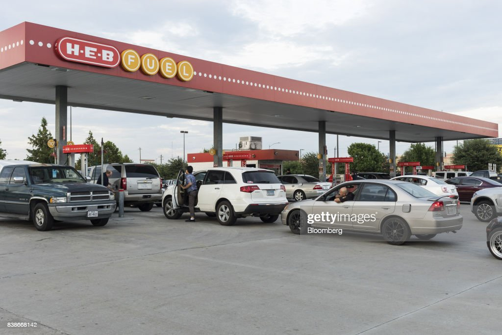 Heb Gas Prices >> Customers Wait In Line To Refuel At An Heb Fuel Gas Station