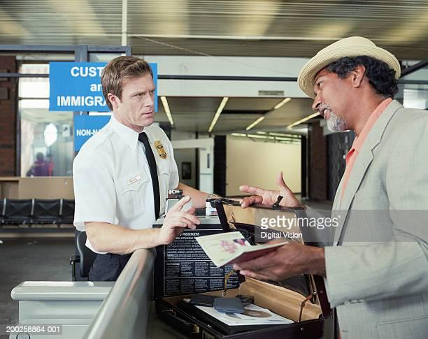 Officier des douanes enregistrement des porte-documents homme