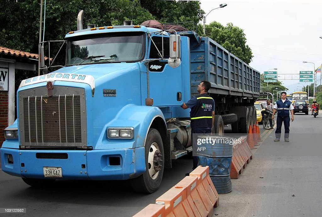 Customs officers inspect a truck crossin : News Photo
