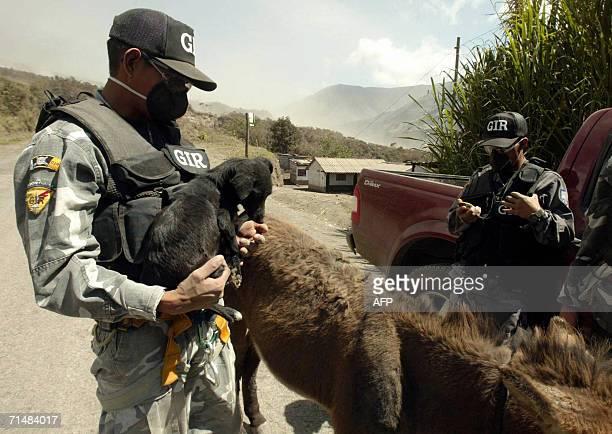 Miembros del grupo de intervencion y rescate GIR de la policia nacional rescatan animales en el poblado de Cusua el 19 de julio de 2006 La actividad...