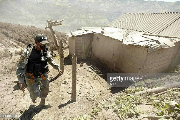Un miembro del grupo de intervencion y rescate de la policia nacional patrulla el poblado de Cusua el 19 de julio de 2006 La actividad del volcan...