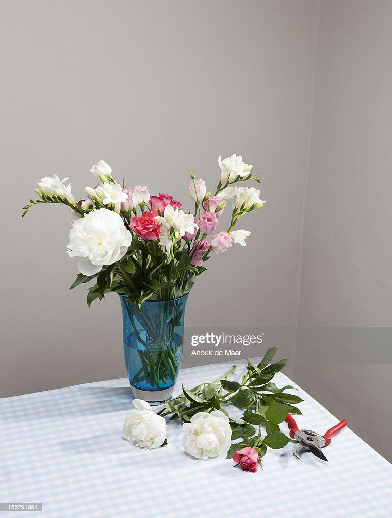 Cut flowers with bouquet in vase : Foto de stock