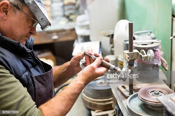 Cut gemstone,Faceting a Gemstone