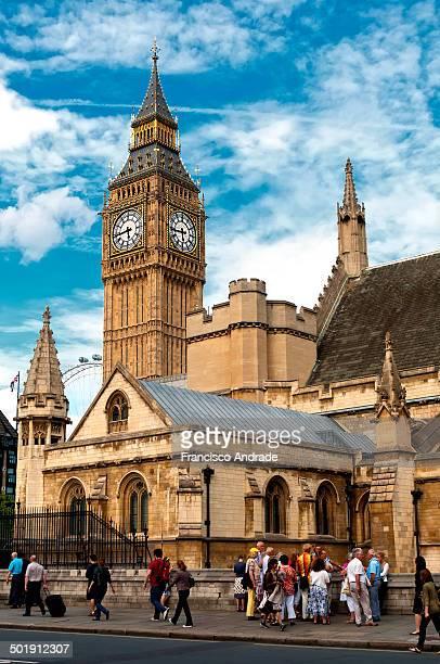 Cut scene with the building of the parliament and Big Ben in London, England. Cena com recorte do edifício do parlamento e do Big Ben em Londres,...