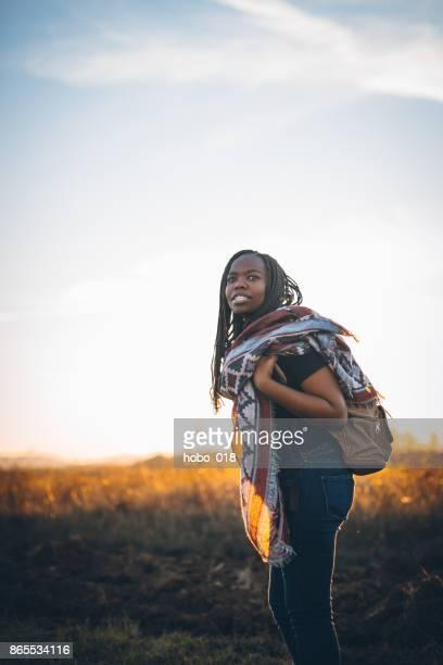 ハイキングかわいいアフリカ女性 - ジンバブエ ストックフォトと画像