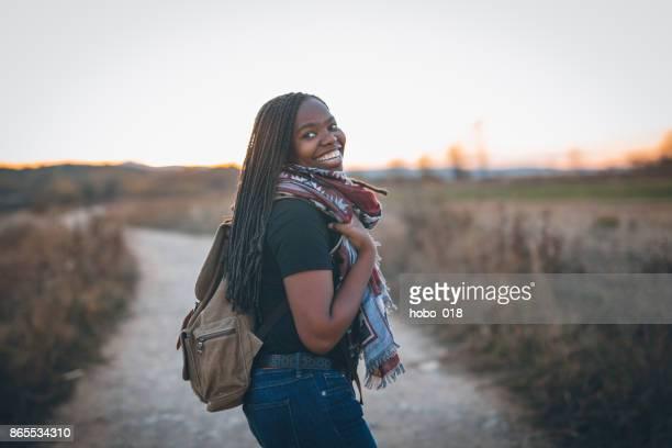 linda mujer africana senderismo - zimbabue fotografías e imágenes de stock