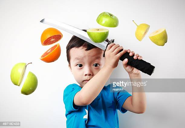 Fofo Ásia crianças cortar a fruta
