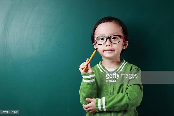 Mignon Asie enfants dans la salle de classe