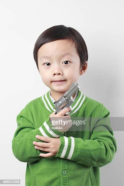 Mignon Asie enfants jouant avec Pistolet en plastique
