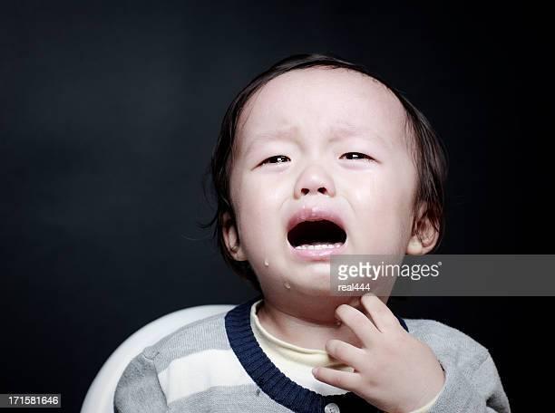 Süße asiatische baby weint