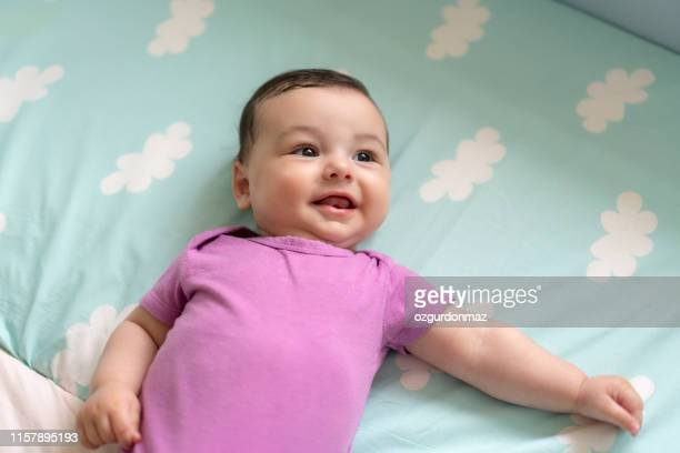 ベッドに横たわっているかわいい男の子 - カバーオール ストックフォトと画像