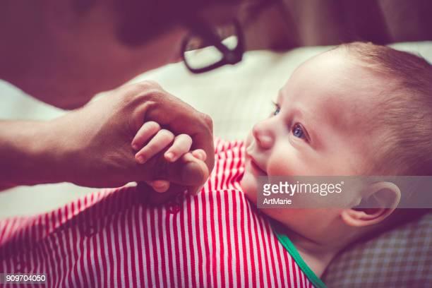 lindo bebé de 5 meses en la cuna y su padre - padre soltero fotografías e imágenes de stock
