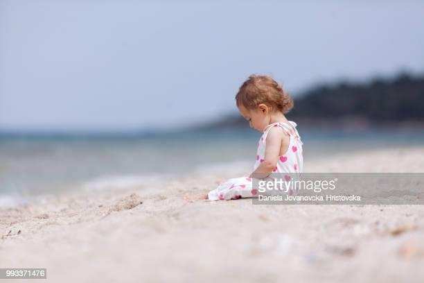 mignonne petite fille à la plage